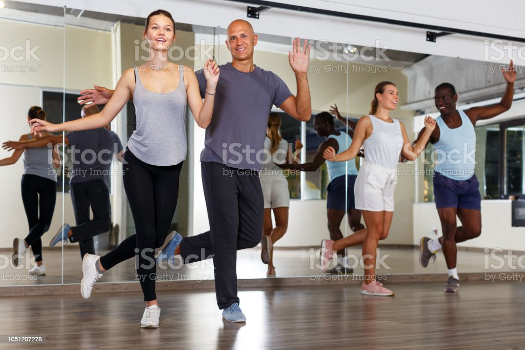 Gens pratiquant des mouvements de danse en classe - Photo