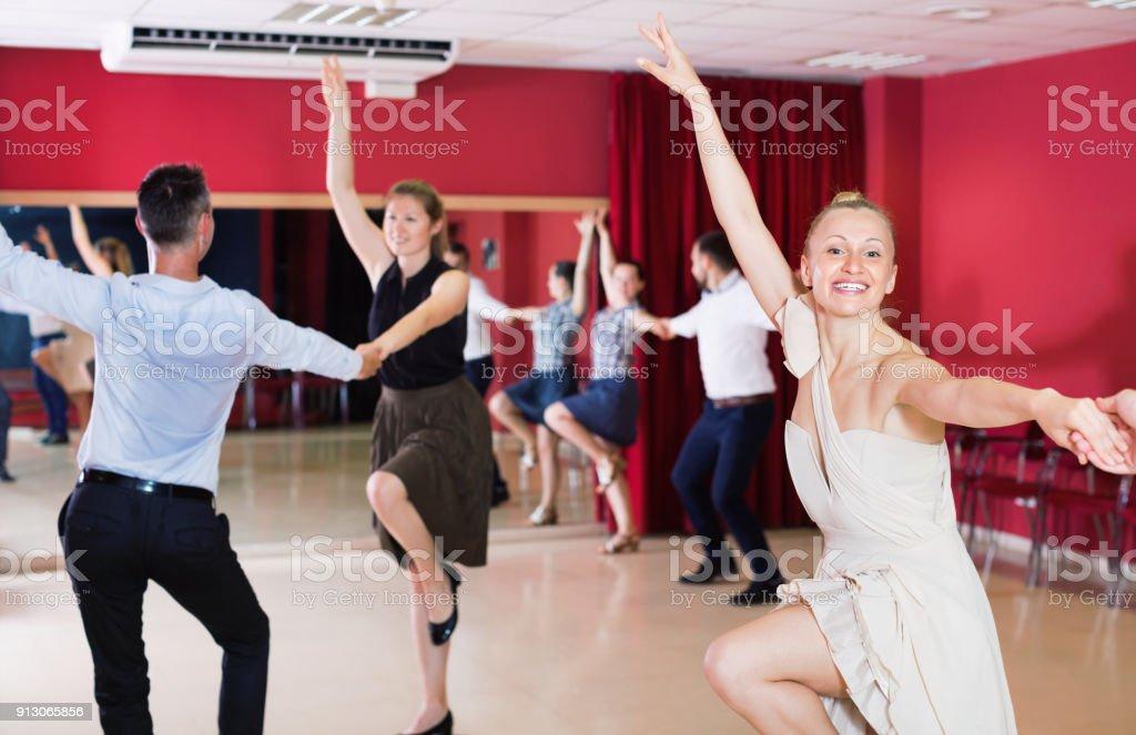 Personnes pratiquant passionné samba dans cours de danse - Photo