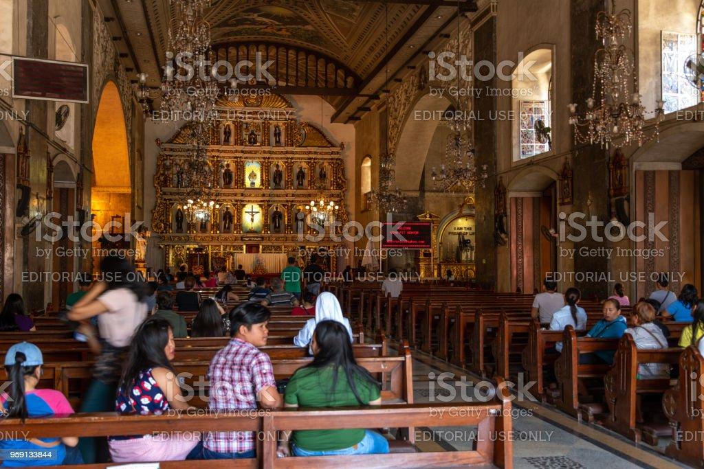 Foto De Pessoas Orando Na Igreja Sto Nino Cidade De Cebu Filipinas E Mais Fotos De Stock De Antigo