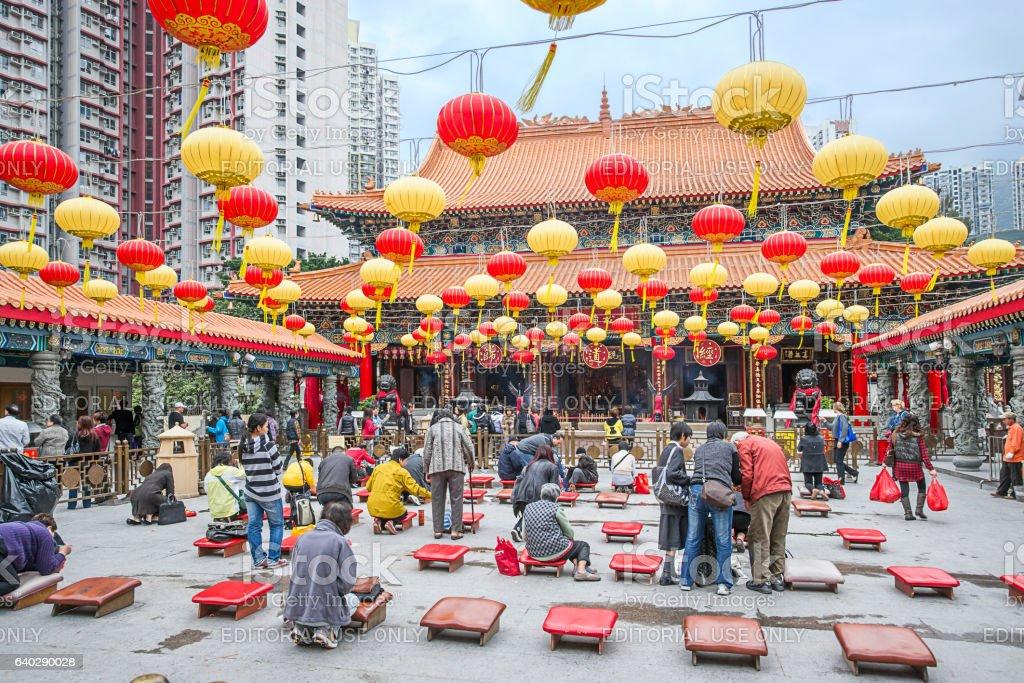 People praying in Wong Tai Sin Temple in Kowloon HK – Foto