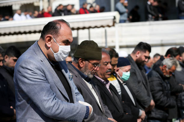 Personnes priant avec le masque de visage - Photo