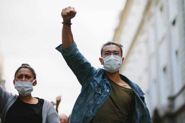 gente protestando y dando eslóganes en una manifestación - civil rights fotografías e imágenes de stock