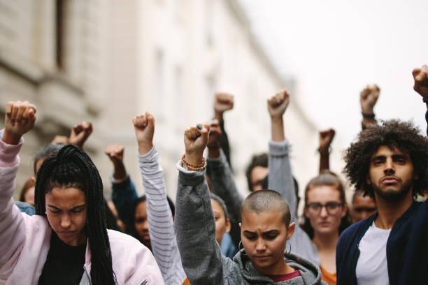personas que protestan en la carretera - civil rights fotografías e imágenes de stock