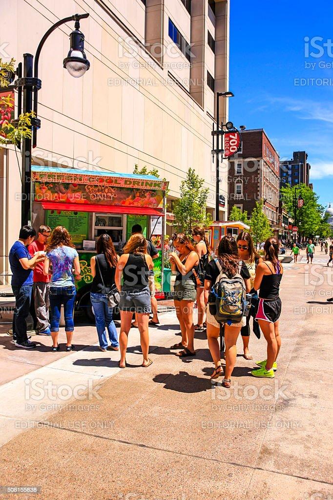 Gente Compra De Bebidas Frías En Un Vendedor En Madison Wisconsin ...