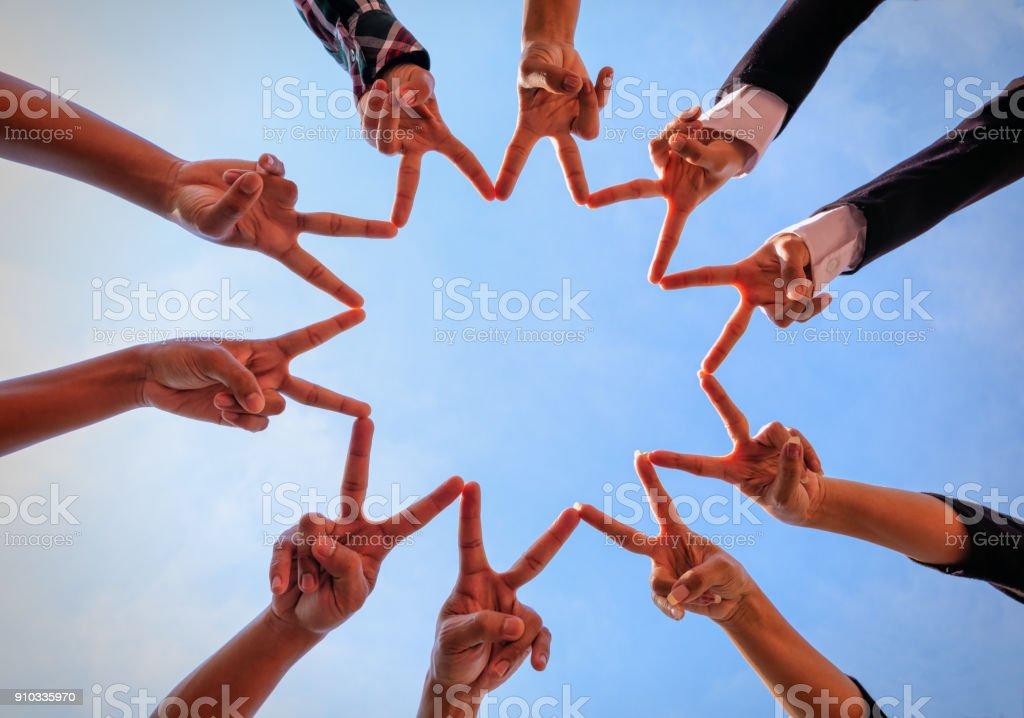 Menschen setzen ihre Hände zusammen. – Foto