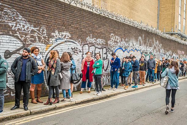 menschen queueing für eingang zum london kaffee festival. - spaß sprüche stock-fotos und bilder