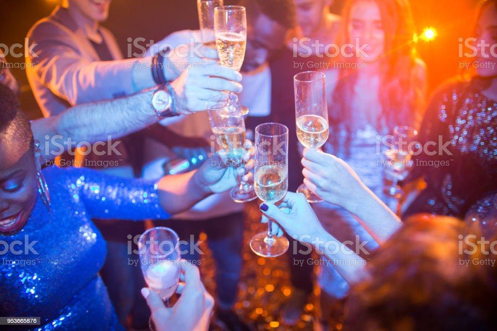 Menschen, die Erhöhung der Gläser auf Club Party – Foto