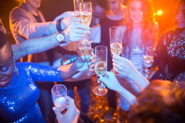 pessoas levantando os óculos na festa do clube - eventos de gala - fotografias e filmes do acervo