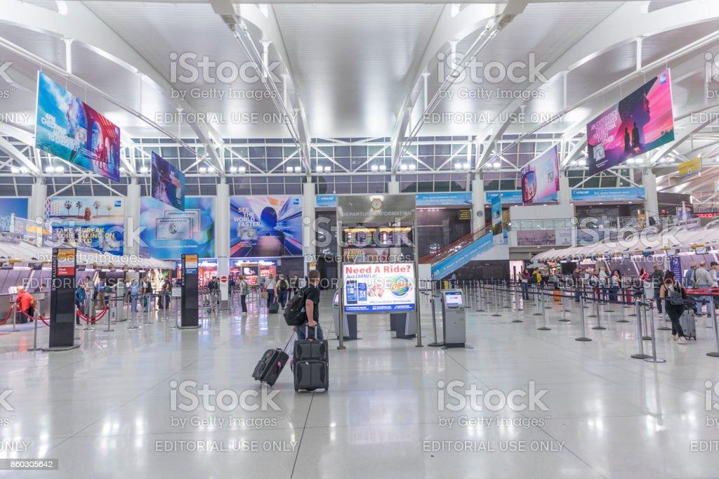 personas listas para check-in en la Terminal 4 en el aeropuerto JFK - foto de stock