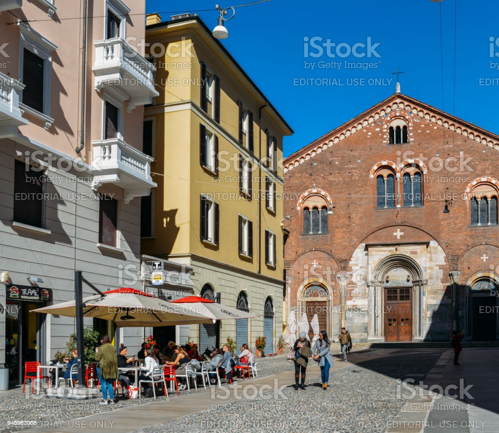 People relax at a restaurant terrace in the fashionable Milan district of Brera - foto stock