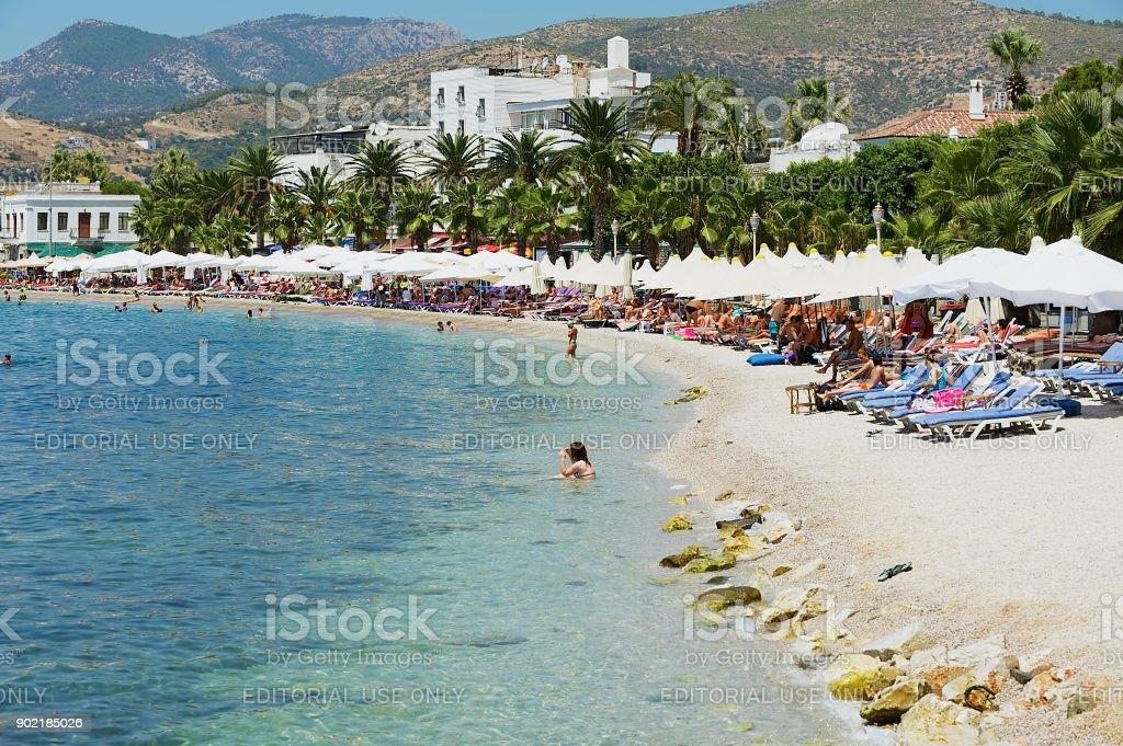 Les gens se détendre à la plage à la ville de la station de Bodrum, Turquie. - Photo