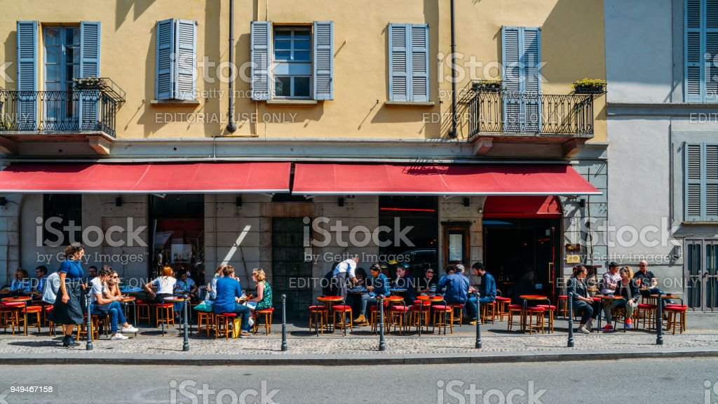 People relax on a patio outside a wine bar on a hot day - foto stock