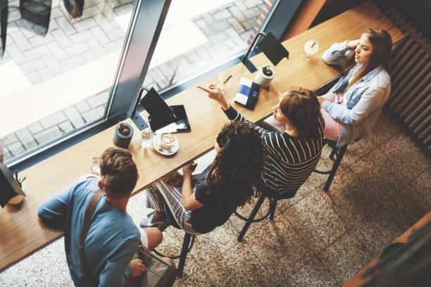 menschen entspannen im café - kinderstuhl und tisch stock-fotos und bilder