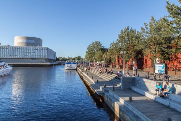 Mensen ontspannen in het centrum van Oulu Finland foto
