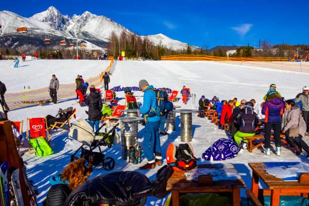 Menschen ruhen in Tatranska Lomnica, dem beliebten Skigebiet in der Hohen Tatra – Foto