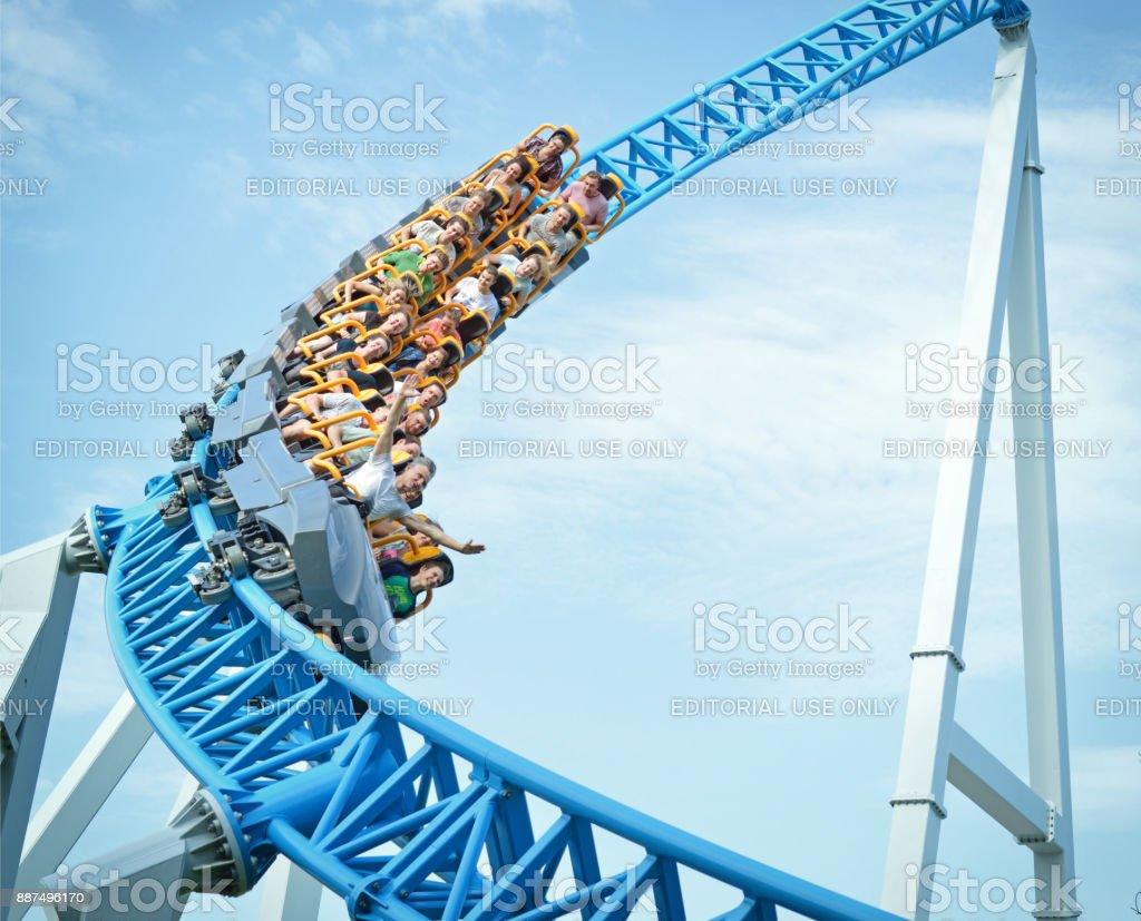 Mensen rijden op een extreme attractie in het park van de entertainment attracties Divo-eiland in Sint-Petersburg. foto