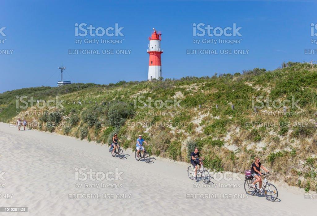 Leute mit ihrem Fahrrad auf der Insel Borkum, Deutschland – Foto