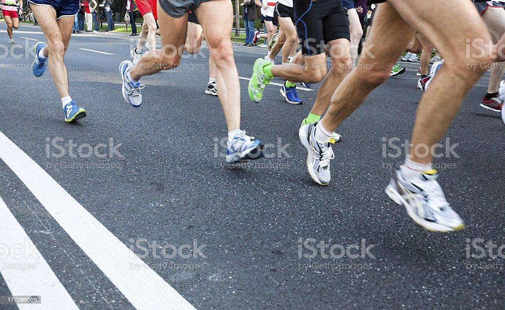Gente corriendo maratón en la calle en la ciudad foto de stock libre de derechos