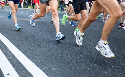 Gente Corriendo Maratón En La Calle En La Ciudad Foto de stock y más banco de imágenes de Actividad