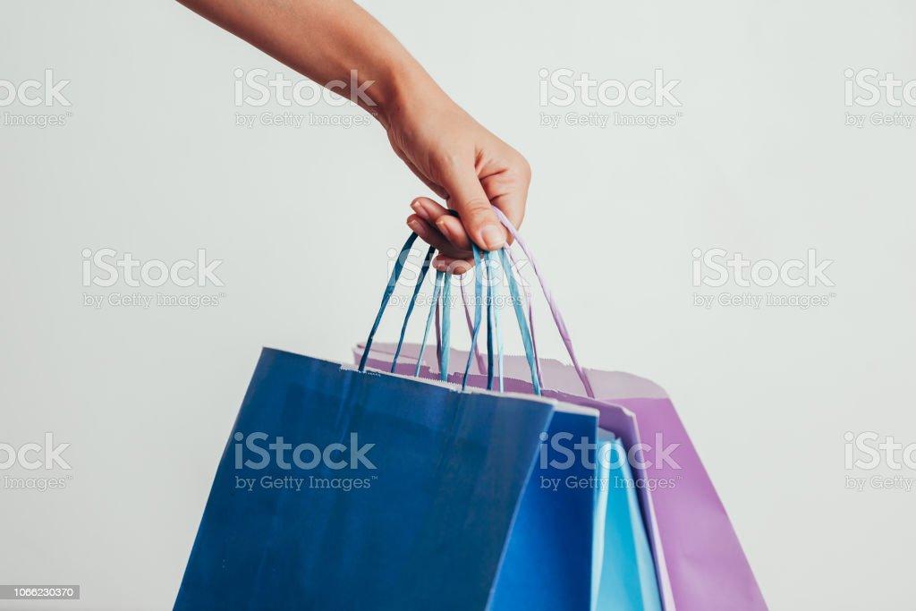 32492bd2f pessoas, venda, consumismo, propaganda e preto conceito sexta - fecham da  mão segurando