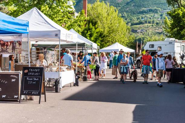 야외 여름 거리에 디스플레이와 농민 시장에서 스탠드 공급 업체에서 제품을 판매 하는 사람들 - small business saturday 뉴스 사진 이미지
