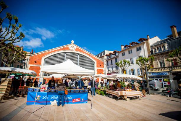 Menschen, die in der Biarritz Market Hall, Frankreich einkaufen – Foto