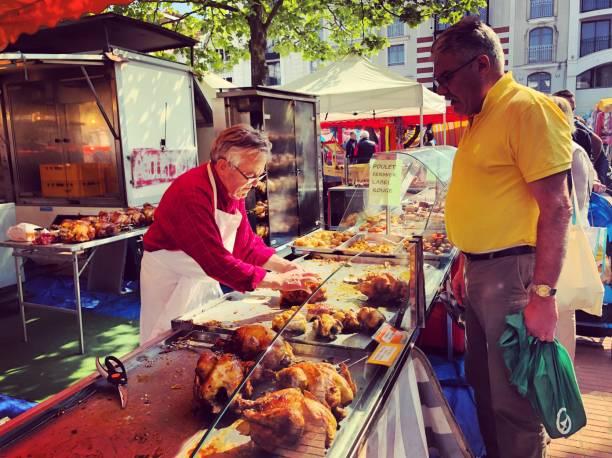 Menschen beim Einkaufen am Stadtmarkt Arcachon, Frankreich – Foto