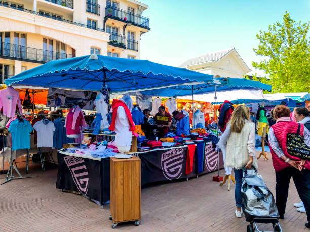 Menschen, die auf dem lokalen Outdoor-Markt in Arcachon Innenstadt einkaufen – Foto