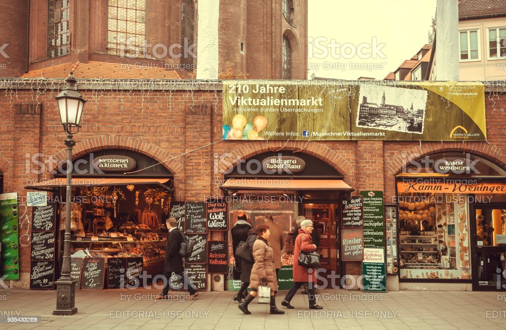 People shopping at stores around famous Viktualienmarkt market. Bavaria -  Stock image .