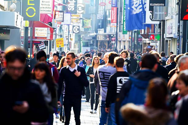 menschen einkaufsmöglichkeiten in sonnigen herbsttag - fußgängerzone stock-fotos und bilder