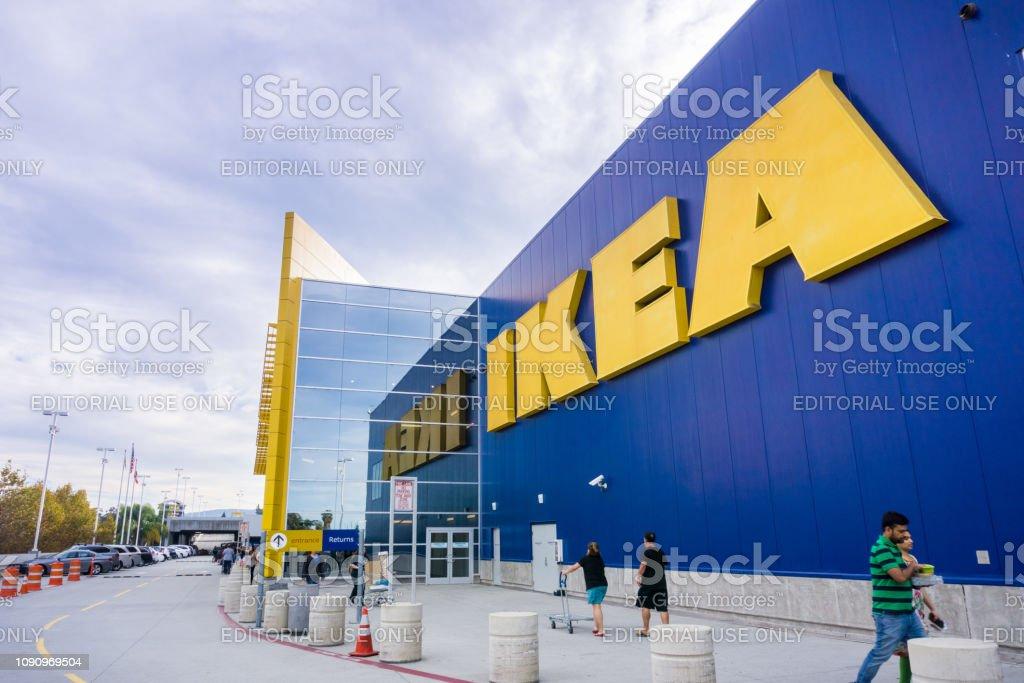 Menschen Die Einkaufen Bei Ikea Einrichtungshaus Stockfoto Und Mehr
