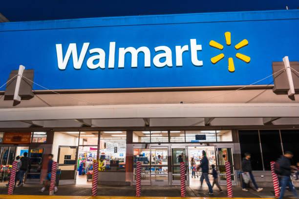 люди ходить по магазинам в walmart - walmart стоковые фото и изображения