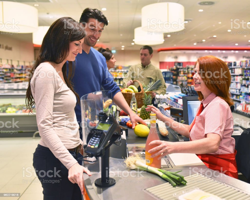 mensen winkelen voor de menselijke voeding in de supermarkt - Royalty-free Barcodelezer Stockfoto