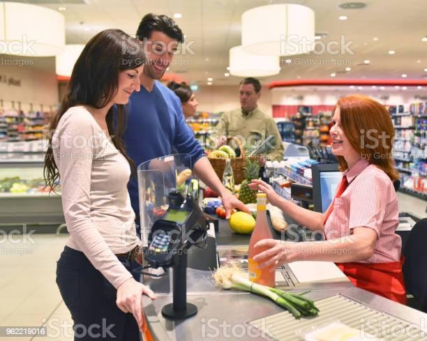 Mensen Winkelen Voor De Menselijke Voeding In De Supermarkt Stockfoto en meer beelden van Barcodelezer
