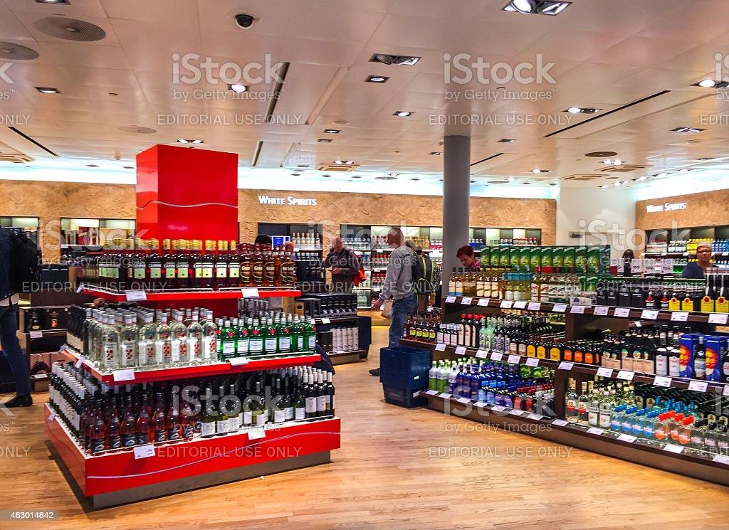 Pessoas às compras com isenção de lojas em Aeroporto de Oslo, Noruega - fotografia de stock