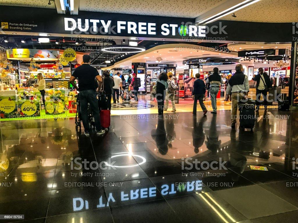As pessoas às compras no Duty Free armazenam no aeroporto da Portela de Lisboa, Portugal - foto de acervo