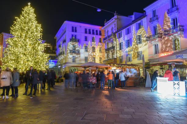 Menschen beim Einkaufen auf dem Weihnachtsmarkt von Lugano, Schweiz – Foto