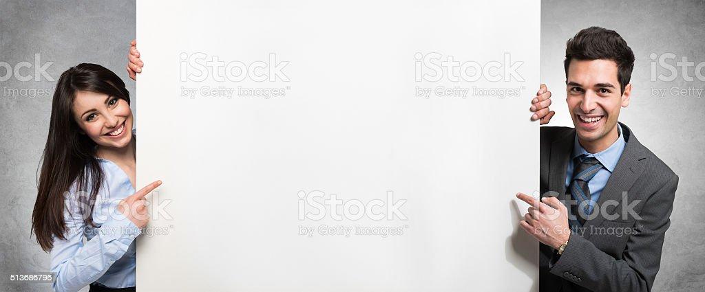 Personas que muestra un vacío Bandera - foto de stock