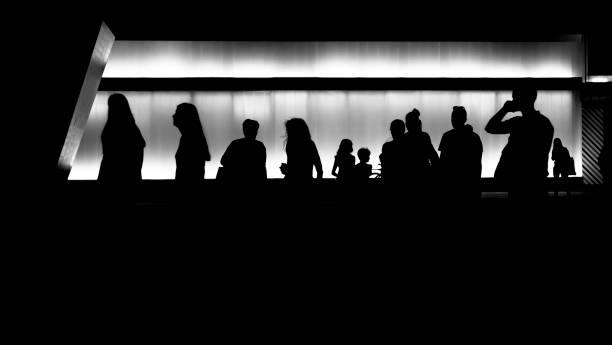 人々のシルエット - 背景に人 ストックフォトと画像