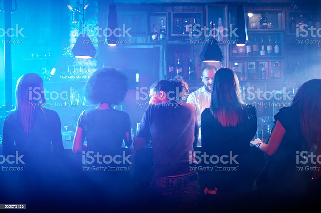 People sitting at the bar counter - foto de stock