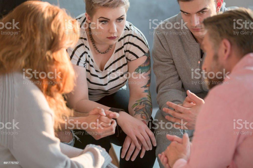 Gens qui sont assis en cercle - Photo