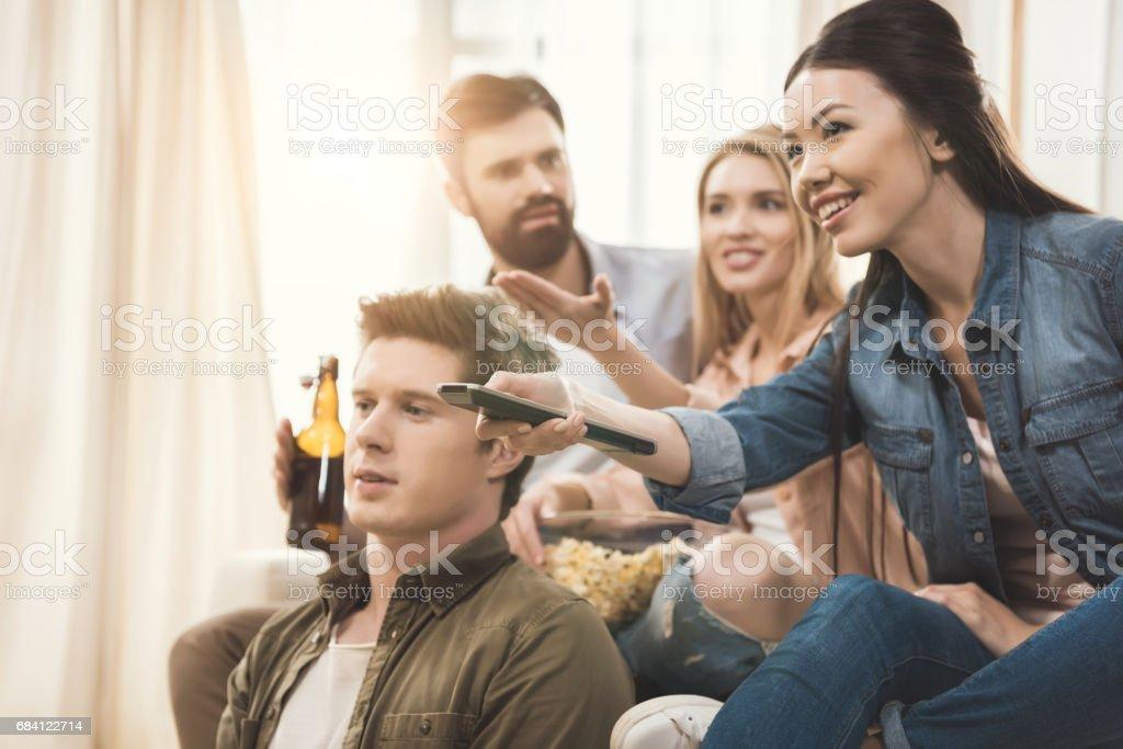 mensen zitten op de Bank met popcorn en bier royalty free stockfoto