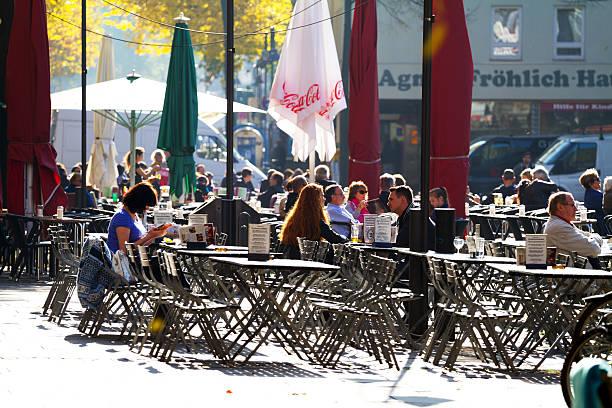 menschen sitzen auf square alter markt in köln - cafe köln stock-fotos und bilder
