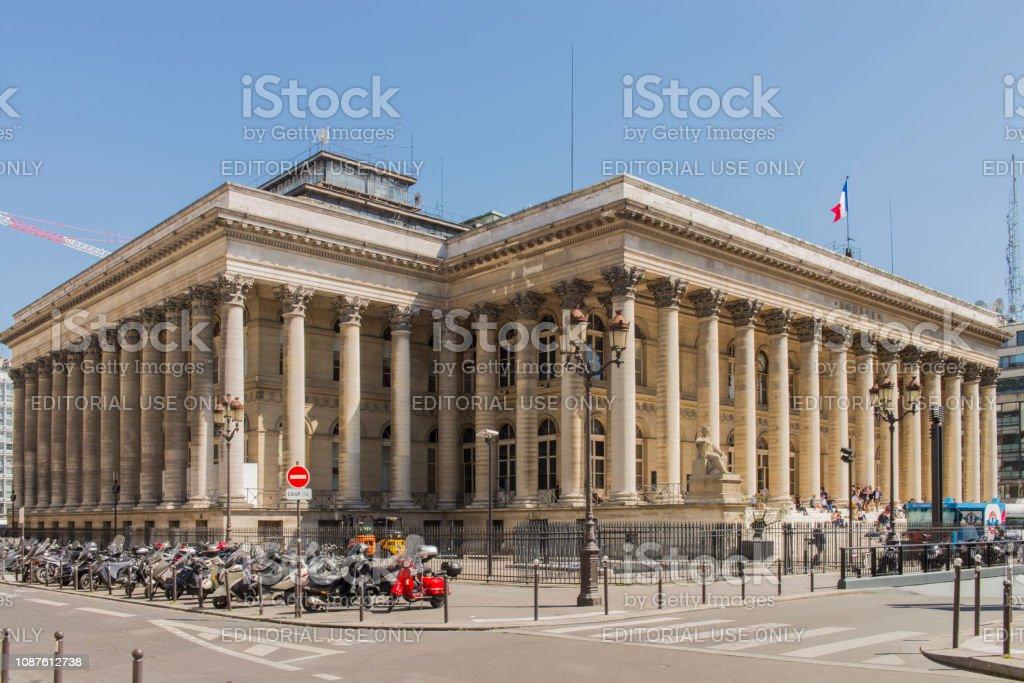 Les gens assis sur les marches devant le bâtiment de la Bourse du Paris, connu sous le Palais Brongniart, à la ville de Paris, France. - Photo
