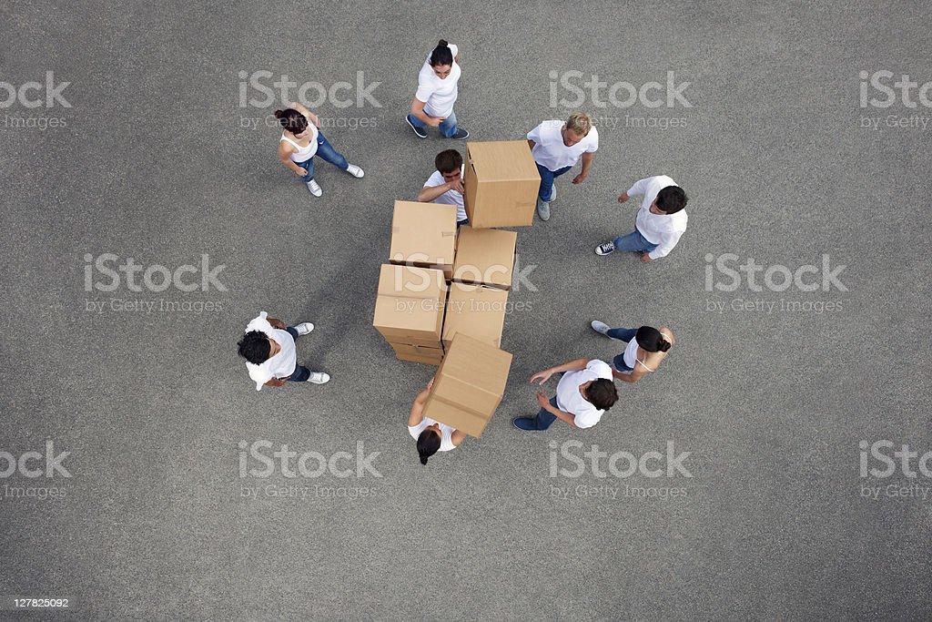Leute Stapeln cardboard box – Foto