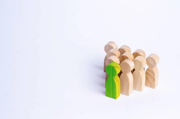 les gens se tiennent dans la formation des broches. un jeu de bouwling. figures en bois de personnes, sur un fond blanc. la notion de personnel de gestion des entreprises et la réalisation des objectifs fixés. - rame pièce détachée photos et images de collection