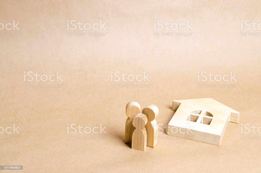 Menschen stehen in der Nähe das zerbrochene Haus. Die Familie steht in der Nähe von gefallenen Hausruine. Verlust der Wohnung, Haus Versicherung. Unfall, Naturkatastrophe, Krieg. Immobilität Obdachlose Familie zu kaufen. Banner. – Foto