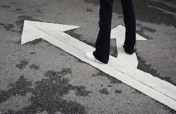 Menschen, die an der Kreuzung stehen und entscheiden, welchen Weg sie mit Kopierraum für das Einfügen von Text gehen. Zwei Möglichkeiten, das Konzept auszuwählen. – Foto