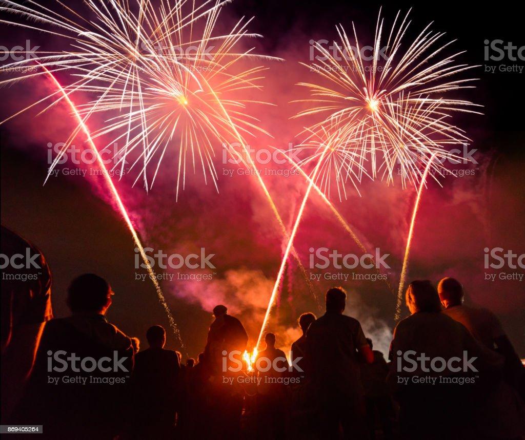 Menschen Sie stehen vor bunten Feuerwerk – Foto