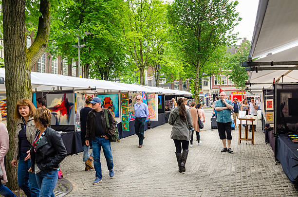 people strollig around spui art market in amsterdam - günstig nach amsterdam stock-fotos und bilder